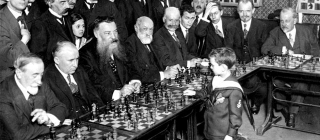 Samuel Reshevsky als Kind beim Simultan-SchachVon Kadel & Herbert - The New York Times photo archive, via their online store, here.Larger version from ChessTheory.com, Gemeinfrei, https://commons.wikimedia.org/w/index.php?curid=2948038